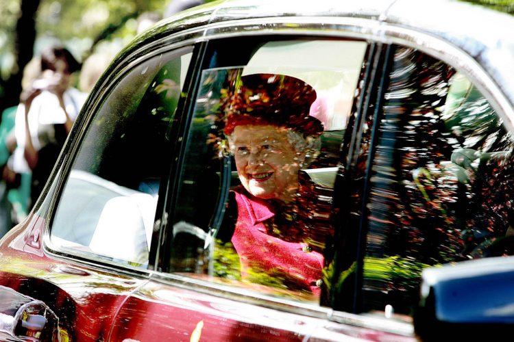 H M the Queen visits Capel Manor College.   EL20825